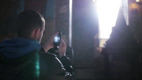 游人在电话做一张照片,站立在寺庙在阳光下由窗口 慢动作, 1920x1080,充分 影视素材