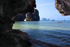 游人在石灰岩地区常见的地形岩石中的一艘皮船游泳 库存照片