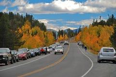 游人在秋天颜色停下来他们的沿科罗拉多` s尖峰对尖峰的高速公路的汽车,一条风景小路,采取 库存图片