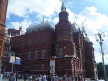 游人在红场的历史博物馆前面漫步在莫斯科 免版税图库摄影