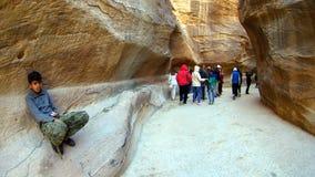游人在约旦观看Petra峡谷古城 图库摄影