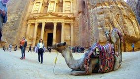 游人在约旦观看Petra AlKhazneh古城 免版税库存图片
