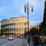 游人在罗马参观著名古老罗马斗兽场 库存照片