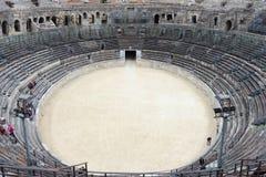 游人在罗马圆形剧场, Nîmes,法国 免版税图库摄影