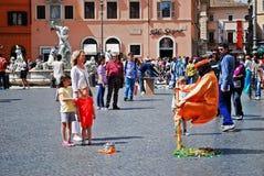 游人在罗马市2014年5月的29日Navona地方 免版税库存图片