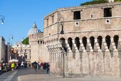 游人在罗马临近Castel Sant安吉洛墙壁  库存照片