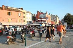 游人在罗维尼 免版税库存照片