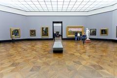 游人在老国家肖像馆大厅里在柏林 免版税库存照片