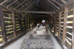 游人在老城市城堡的梯子街道上走  Sighisoara市在罗马尼亚 免版税图库摄影