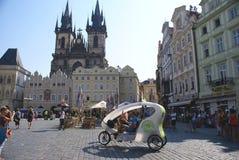 游人在老镇布拉格 免版税库存图片
