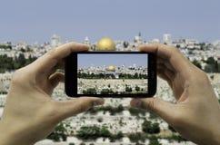 游人在耶路撒冷阻止照相机电话 免版税库存图片