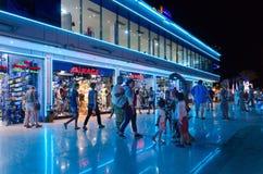 游人在苏豪广场购物和娱乐区走在晚上,沙姆沙伊赫,埃及 免版税库存照片