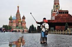 游人在莫斯科拍与手机的照片在红场 库存图片