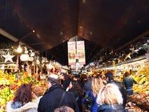 游人在著名La Boqueria市场上 免版税库存图片