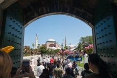 游人在蓝色清真寺,伊斯坦布尔 免版税库存图片