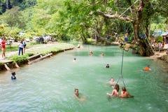 游人在蓝色盐水湖, Vangvieng,老挝享用 免版税库存照片