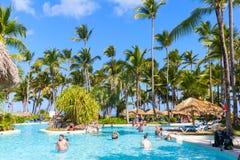 游人在蓬塔Cana有水池的度假旅馆放松 库存照片