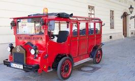游人在街道上的一辆公共汽车上在老镇 免版税库存照片