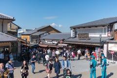 游人在街道上走在Kiyomizu寺庙附近 免版税库存照片