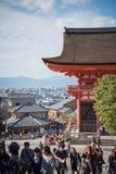 游人在街道上走在Kiyomizu寺庙附近 库存照片