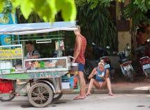 游人在街道快餐停留演出地 库存照片