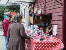 游人在路旁商店的购买纪念品在镇Prahova,罗马尼亚 免版税库存照片