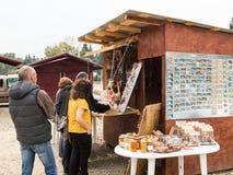 游人在路旁商店的购买纪念品在镇Prahova,罗马尼亚 库存图片