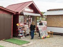 游人在路旁商店的购买纪念品在镇Prahova,罗马尼亚 免版税库存图片