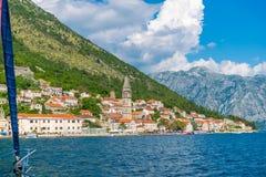 游人在通过市的游艇航行了Perast 免版税库存照片