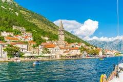 游人在通过市的游艇航行了Perast 库存图片