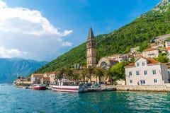 游人在通过市的游艇航行了Perast 免版税库存图片