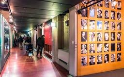 游人在都灵,意大利参观戏院国家博物馆  免版税库存图片
