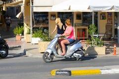 游人在雅典,希腊享用 免版税库存图片