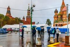 游人在雨中 免版税图库摄影