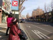 游人在韩国等待一辆公共汽车 图库摄影