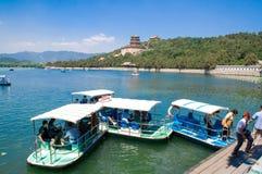 游人在颐和园享受在脚蹬小船的巡航在昆明湖在北京,中国 库存照片