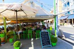 游人在餐馆享用在雅典,希腊 库存照片