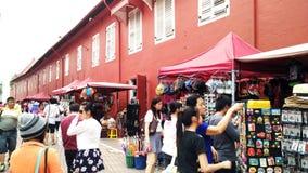 游人在马六甲参观红色房子基督教会 免版税库存图片
