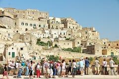 游人在马泰拉,意大利 库存图片