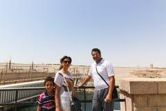 游人在高水坝-埃及的阿斯旺水坝 免版税库存照片