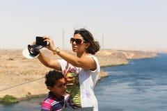 游人在高水坝-埃及的阿斯旺水坝 库存照片