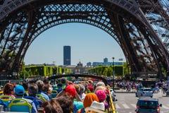 游人在巴黎享受在一辆公共汽车的观光旅游 库存图片