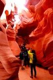 游人在更低的羚羊峡谷 库存照片