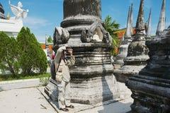 游人在洛坤Sri Thammarat,泰国拍古老stupas照片  图库摄影