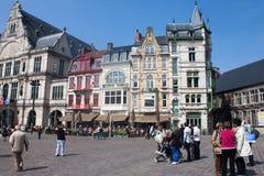 游人在绅士,比利时的市中心 免版税库存图片