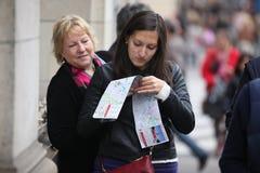 游人在20的4月27日,一张地图看 库存图片