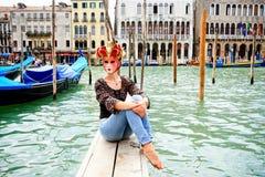 游人在戴着狂欢节面具的威尼斯 免版税库存图片