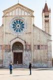 游人在维罗纳市临近圣芝诺大教堂  库存图片