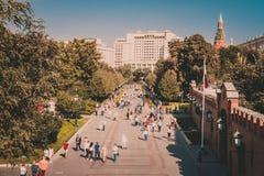 游人在Aleksandrovsky庭院,莫斯科,俄罗斯里 免版税库存照片
