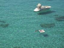 游人在Cala Tarida 免版税库存照片